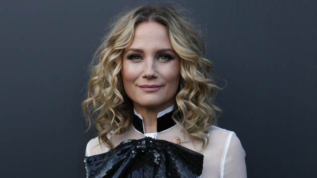 "Jennifer Nettles will sing ""The Star Spangled Banner"" before Saturday's Kentucky Derby"