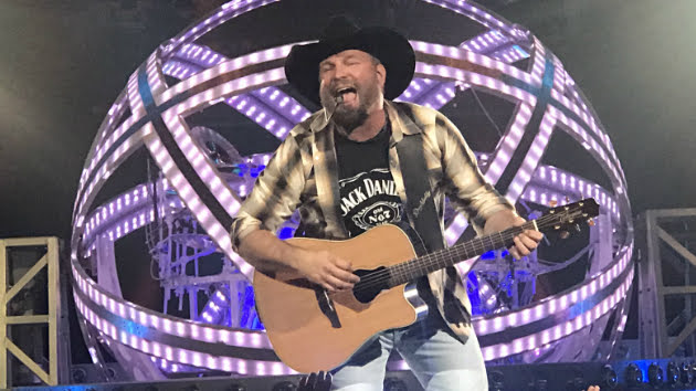 "Garth Brooks and Blake Shelton turn Boise into a ""Dive Bar"" in live video"